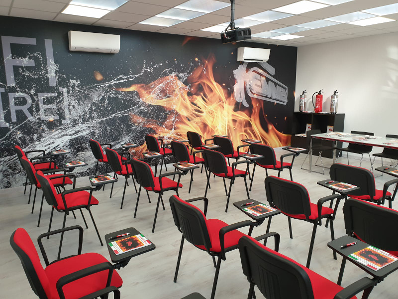 https://www.emme-italia.com/sites/default/files/revslider/image/affitto-aula-formazione-sala-meeting-reggio-emilia-2.jpeg